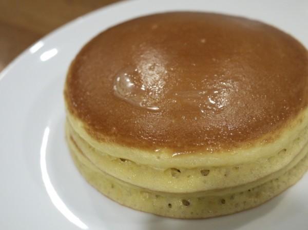 赤坂ホットケーキパーラー Fru-Full(フルフル)のホットケーキにバターを塗って