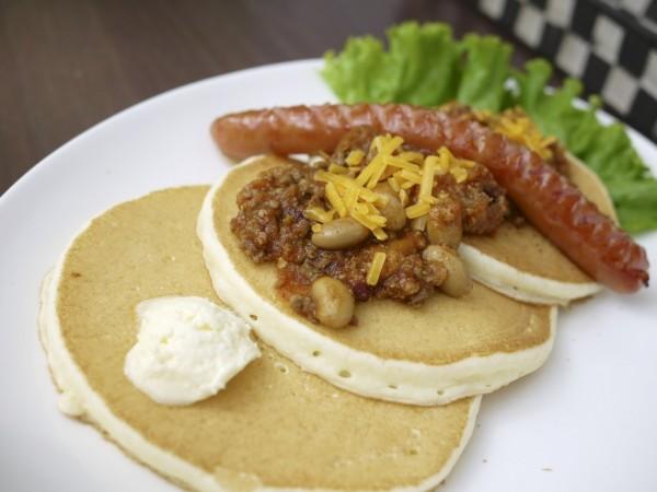 沖縄ヤッケブースのチリビーンズパンケーキ