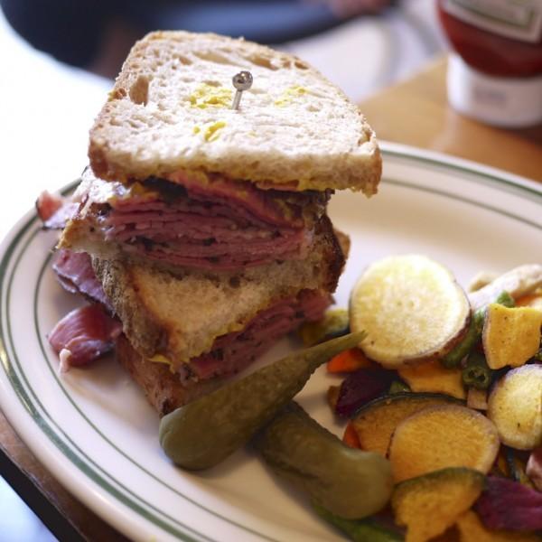 ニューヨーク パストラミ サンドイッチ w/ベジタブルチップス&ピクルス / BROOKLYN PANCAKE HOUSE