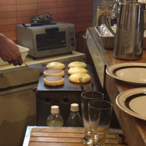 1.固めの生地を銅板で焼く / ホットケーキの調理
