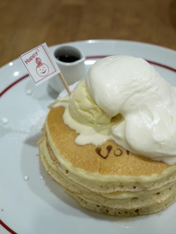 旗がかわいい「スペシャル・パンケーキ」 /  VoiVoi