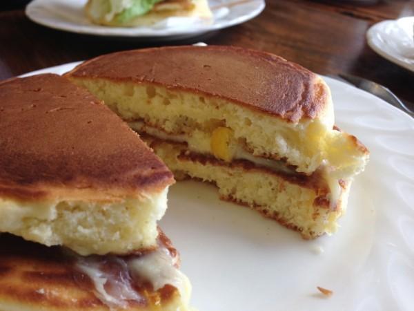 コーン入りチーズバーグの断面 / トミィのホットケーキ