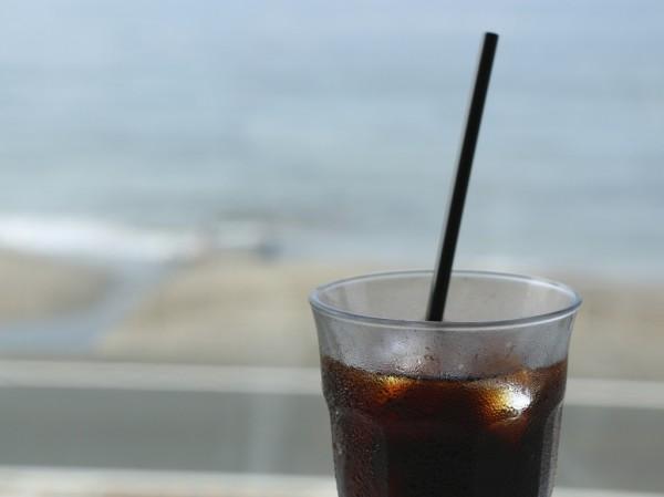 bills七里ヶ浜のテラス席でアイスコーヒー