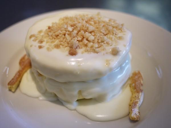 レインボーパンケーキのマカダミアナッツソースパンケーキ