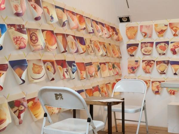 壁一面のパンケーキ写真
